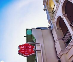 Shunli Hotel is located at 56 Krabi Road on the island of Phuket. Shunli Hotel has a guest rating of 9.8 and has Hostel amenities including: Wi-Fi